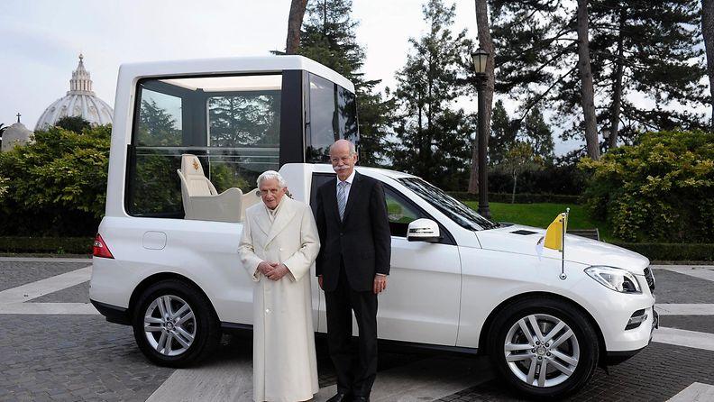 Paavi Benedictus XVI sai uuden paavinauton Daimler AG:n hallituksen puheenjohtaja Dieter Zetscheltä 7. joulukuuta 2012.
