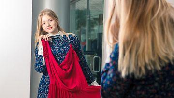 Nainen ostaa mekkoa