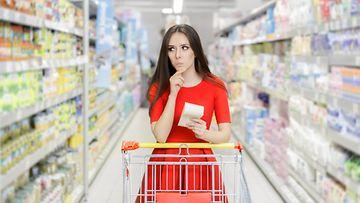 Nainen ostaa ruokaa
