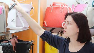 Nainen ostaa laukkua