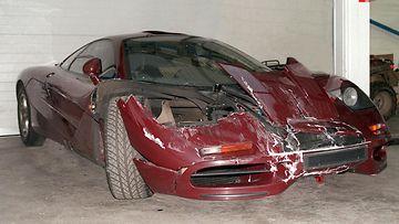Rowan Atkinsonin McLaren F1 superauto meni pahaan kuntoon törmättyään Mini Metro -merkkisen pienen auton kanssa.