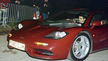 Rowan Atkinson saapui McLaren F1:llään Prinssi Charlesin 50-vuotispäiville 15. kesäkuuta 1998.