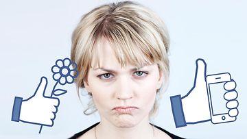 Nainen ja FB-tykkäyspeukkuja