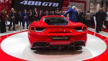 Ferrari 488 GTB Geneven autonäyttelyssä. Takavinkkelistäkin katsottuna auto on makea.