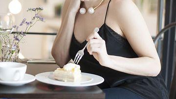 Nainen syö (1)