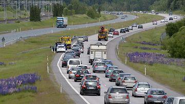 Juhannuksen menoliikenne ruuhkautui valtatiellä 4 Mäntsälässä torstaina 19. kesäkuuta 2014. Liikenneonnettomuus ruuhkautti moottoritien pohjoiseen menevän kaistan useiden kilometrien matkalta.