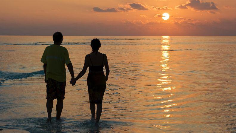 pariskunta rannalla