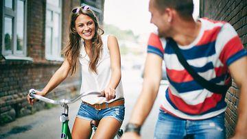 Pari pyöräilee