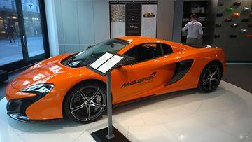 McLaren-auto näyttelytiloissa.