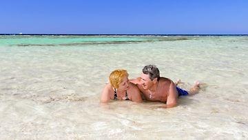 Pari rannalla meressä