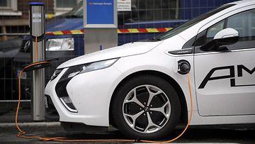 Sähköautoa ladataan Helsingissä 27. kesäkuuta 2013.