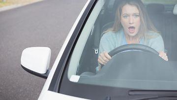 Kuvituskuvassa nainen ja liikenteessä ilmennyt yllättävä tilanne.