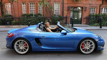 Tennispelaaja Maria Sharapova pääsi tuoreimman Porschen, Boxster Spyderin, ohjaimiin Wimbledonin tennisturnauksen alla Lontoon Kensingtonissa.