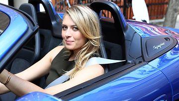 Kuvankauniit Porsche Boxster Spyder ja Maria Sharapova ovat tyrmäävä yhdistelmä.