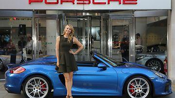 Lähes 190-senttinen Maria Sharapova ja 4,4-metrinen Porsche Boxster Spyder.