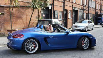Kokeilikohan Maria Porschen kiihtyvyyttä? Nollasta sataan päästään Boxster Spyderillä 4,5 sekunnissa.