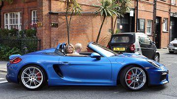Sharapova antoi tiedotteessa ymmärtää, että hankkii itsekin Boxster Spyderin. Uskoa sopii, että auto irtoaa Porschelta käyttöön ihan mainosmielessäkin.