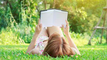 Nainen lukee kirjaa (1)