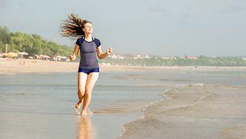 Lomalla meren rannalla (1)