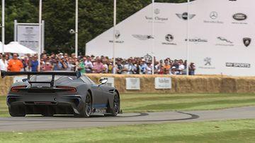 Aston Martin Vulcan on upea ilmestys mattaharmaana, kokohiilikuituisessa ulkomuodossaan.