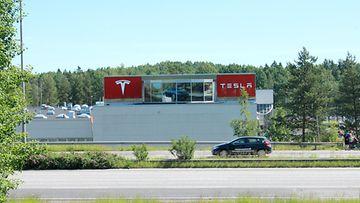 """Tesla näkyy kolmostielle, tutummin Hämeenlinnanväylälle, legendaarisella """"vitriinipaikalla"""". Paikalla on nähty vuosikymmenten saatossa lukuisia uutuusautoja ja pian ehkä oikea Teslakin."""