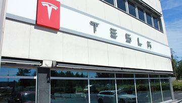 Teslan toimipisteen julkisivua Vantaan Kaivokselassa.