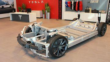 Teslan myymäläkonseptissa on olennaista, että esillä on myös auton tekniikan yksinkertaisuutta ilmentävä runkomalli.