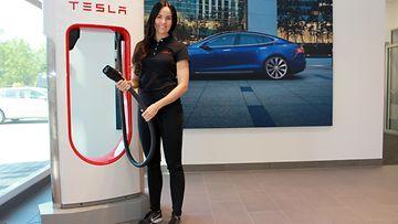 Teslan Niina Pelttari näyttää, kuinka yksinkertainen on Teslan latausasema.