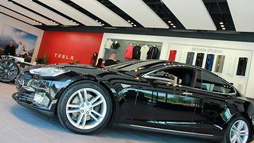 MTV Autot pääsi Teslan myymälään ennen virallisia avajaisia, ja valmiilta näytti!