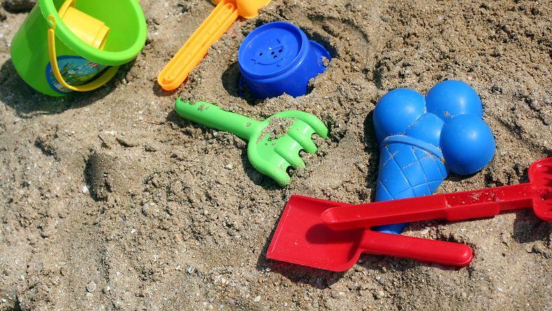 hiekkalaatikko lapsi leikit