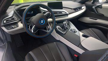 BMW i8:n ohjaamo on sekoitus tulevaisuutta ja Bemarin muun malliston nykytyyliä.