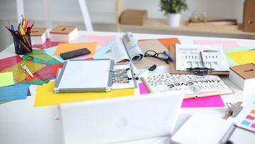 sotkuinen työpöytä