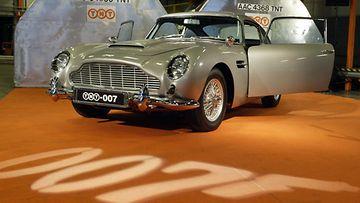 """James Bondin agenttiauto Aston Martin DB5 vieraili Suomessa Bond-elokuvan """"Kuolema saa odottaa"""" ensi-iltaviikolla 25. marraskuuta 2015. Kuvassa kaikki salaisen agentin superherkut sisältävä auto Vantaalla."""
