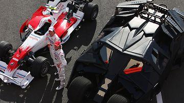 Batmanin tuoreempi automalli pääsi viivalle Toyotan F1-tiimin kilpurin kanssa Silverstonen osakilpailun yhteydessä Englannissa 3. heinäkuuta 2008.
