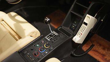 Miami Vice -Ferrarin ohjaamosta löytyy legendaarinen möykkypuhelin. Liekö tämä luuri suomalaisvalmisteinen?