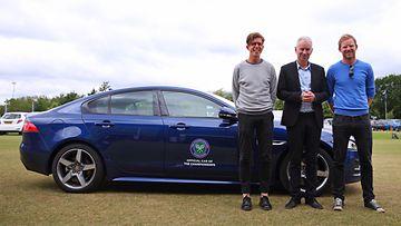 Tom Payne (vas.) ja Nick Webb kokivat elämänsä yllätyksen, kun John McEnroe kävi heitä kuljettaneen Jaguarin rattiin kesken matkan.