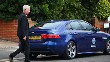 John McEnroe saapumassa autolle, jossa tennisfanit Payne ja Webb odottivat pahaa-aavistamatta.