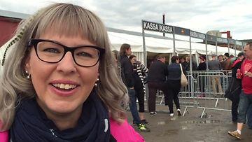 Kansanedustaja Aino-Kaisa Pekonen AC/DC-huumassa 22.7.2015.