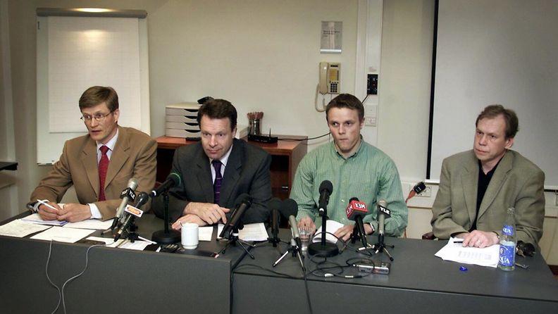 Vakkurin testituloksesta kertoivat tiedotustilaisuudessa toukokuussa 2010 Suomen Urheiluliiton toimitusjohtaja Antti Pihlakoski (vas), puheenjohtaja Ilkka Kanerva, Ville Vakkuri sekä Antidopingtoimikunnan valvontaryhmän puheenjohtaja Timo Seppälä.