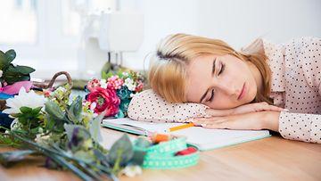 Väsynyt nainen töissä (1)
