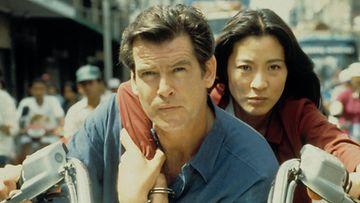 Pierce Brosnan ja Michelle Yeoh elokuvassa Huominen ei koskaan kuole (1997).