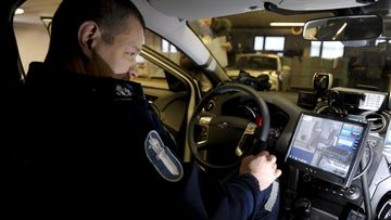 Vanhempi konstaapeli Timo Vihervaara käyttää automaattista rekisterikilpien lukulaitetta Helsingissä 27. tammikuuta 2014.