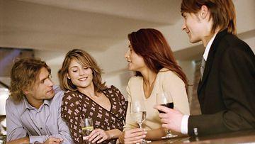 Naisia juhlissa (1)
