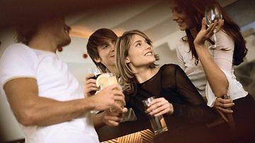 Naisia juhlissa (2)
