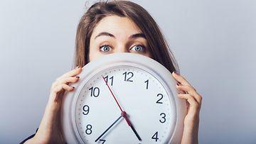 tyttö, kello, myöhässä
