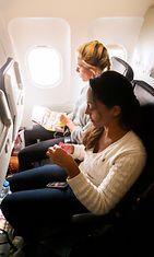 kaksi_naista_lentokoneessa