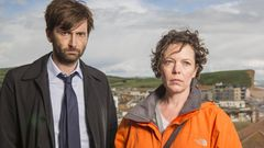 Broadchurch_S2_DavidTennant_as_AlecHardy_OliviaColman_as_EllieMiller_001