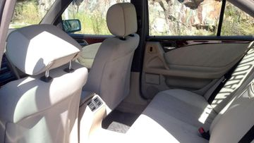 Mercedes-Benz E 420:n takapenkillä on, tai ainakin on ollut tunnelmaa.