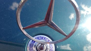 Keulalla kiiltelee klassinen Mercedes-Benz–keulakoriste.