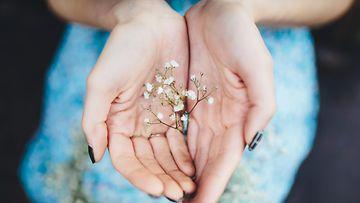 Nainen ja kukkia kesällä